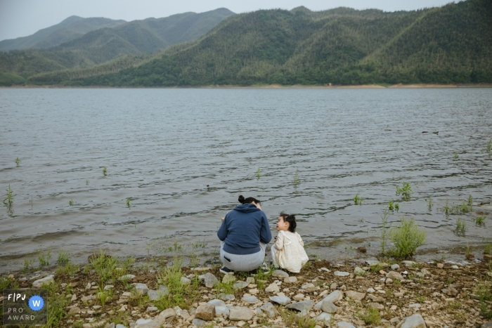 Moment-driven Shanxi family photography of a girl talking to her mommy by the side of the reservoir