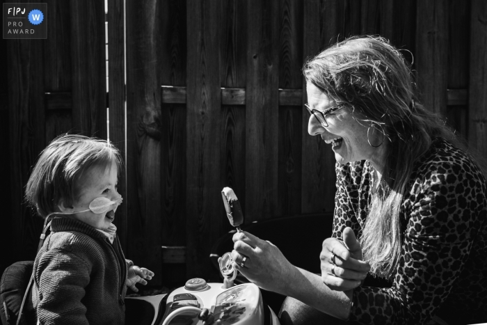 Moment-driven Zuid Holland family photography with Mother and her little one and ice cream