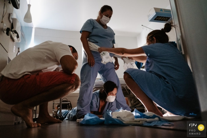 Maternidade Santa Helena birth photo showing a mother in labor with medical evaluation close to the time of delivery