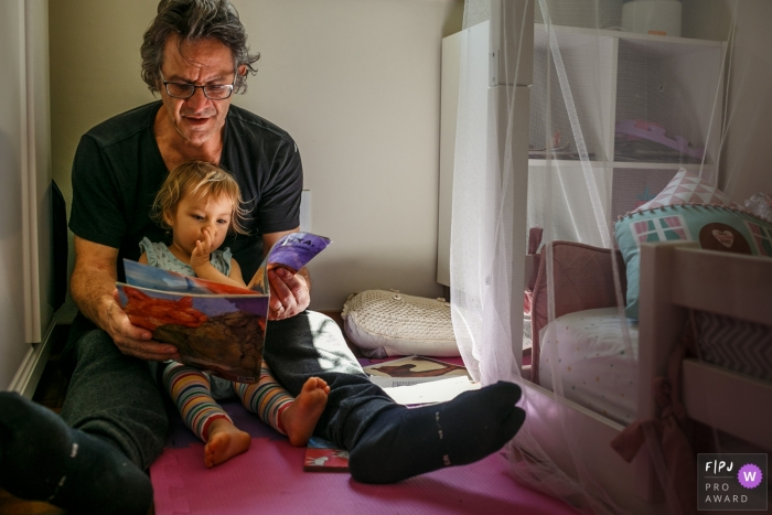 Belo Horizonte family image of a beautiful scene of the father and daughter at the time of storytelling